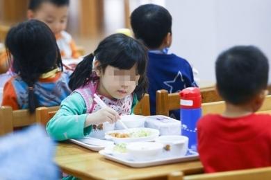 Nỗi lo của phụ huynh về chất lượng bữa ăn bán trú của học sinh